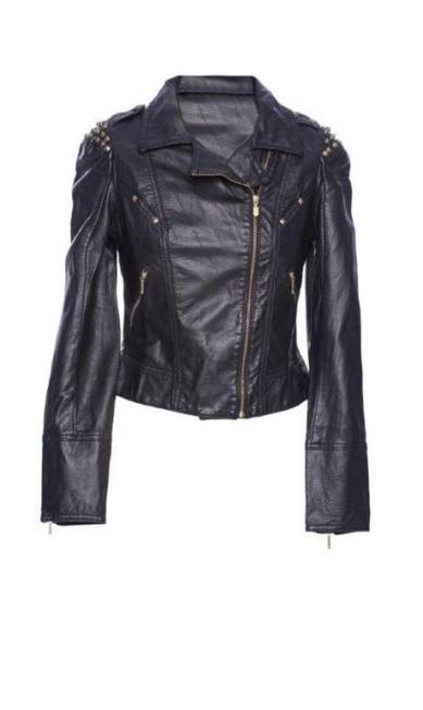 Perfecto em couro sintético com tachas nos ombros - R$ 399 na Damyller, no Barra Shopping (21 3089-1255) Divulgação
