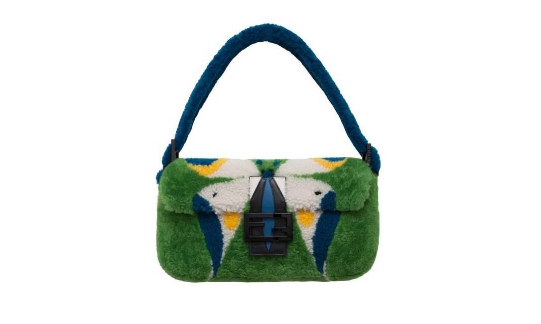Silvia Venturini Fendi também deu sua contribuição: criou uma versão da Baguette colorida de azul, verde, amarelo e branco. O mimo custa R$ 10.380 Divulgação