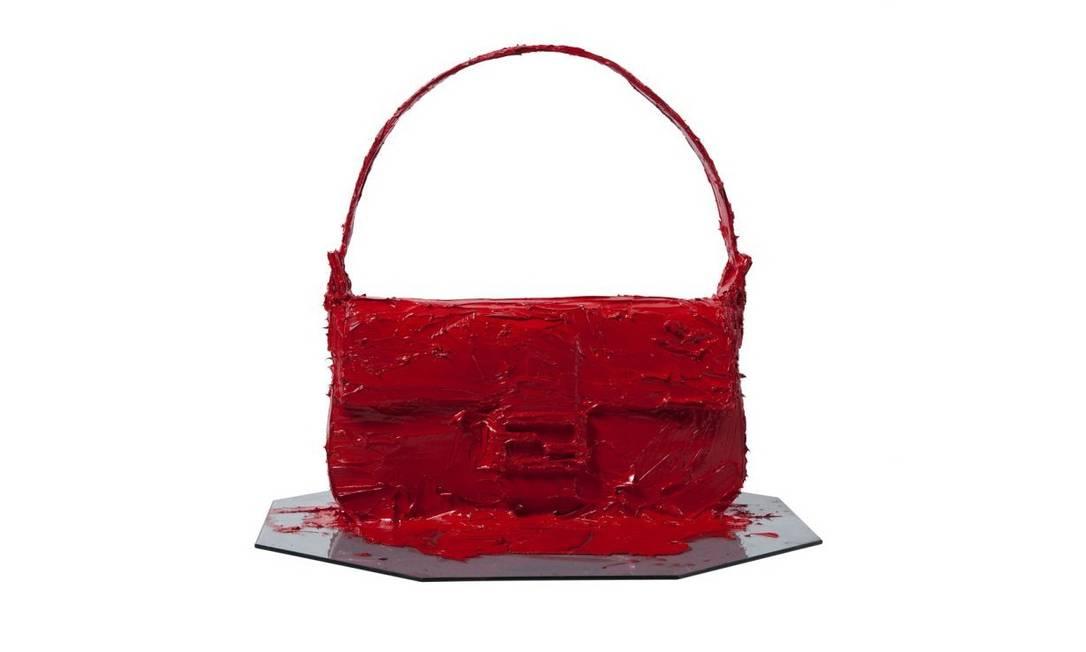 Já o artista plástico Rodolpho Parigi não hesitou em cobrir a bolsa com tinta a óleo vermelha. A inspiração foi anatomia feminina e a flora nacional. Os exemplares serão leiloados e a verba será revertida para o Instituto Verdescola Divulgação