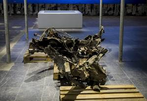 Pedaço de caminhonete usada por Breivik e imagem da ilha onde ele matou 69 pessoas são mostrados em Oslo Foto: NTB SCANPIX / REUTERS