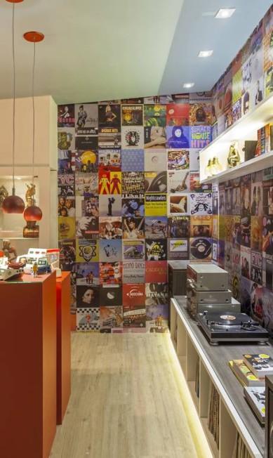 """Edu Longo assina a """"Casa do Colecionador"""", que têm imagens de capas de disco aplicadas na parede Terceiro / Agência O Globo"""