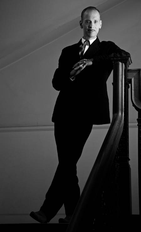 O cineasta John Waters, em 2009. Sempre de terno, o diretor de 'Hairspray' possui estilo impecável Foto: Greg Gorman/Divulgação