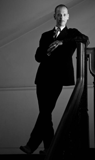 O cineasta John Waters, em 2009. Sempre de terno, o diretor de 'Hairspray' possui estilo impecável Greg Gorman/Divulgação