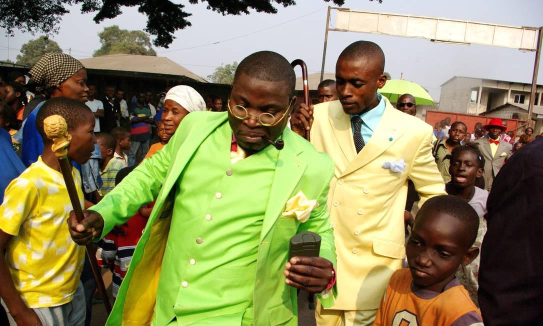 Representante do Sapeurs de Bacongo, em 2008. Os sapeurs são um grupo de homens que vivem na favela de Bacongo, no Congo, que são conhecidos por sua elegância Baudouin Mouanda/M.I.A Gallery / Divulgação