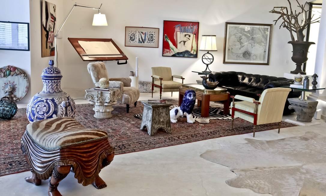 Peles no tapete, banqueta e poltrona (forrada com casaco) no espaço Ugo Di Pace, na Mostra Black Terceiro / Divulgação