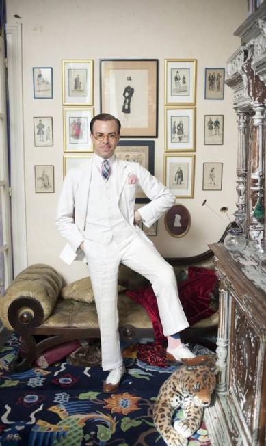 Massimiliano Mocchia Di Coggiola posa em seu apartamento em Paris, em 2011. O italiano possui uma sala inteira dedicada a seu interesse no dandismo Rose Callahan Photography / Divulgação