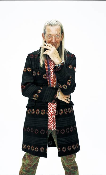 Michael Costiff veste a grife masculina Comme des Garçons em 2007. O estilista virou ícone da moda durante os anos 1980 e 1990 Foto: Junichiro Tokumasu / Divulgação