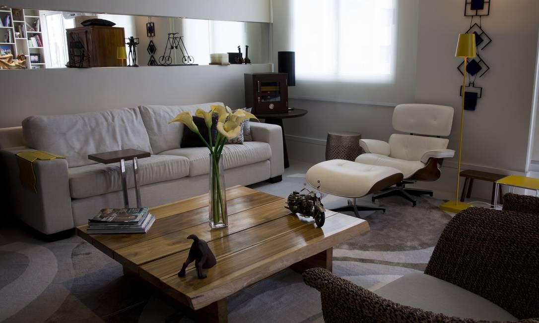 No apartamento da arquiteta Leila Dionizios, a mesa de centro da sala de estar não fica posicionada no centro, como é habitual Paula Giolito / Agência O Globo