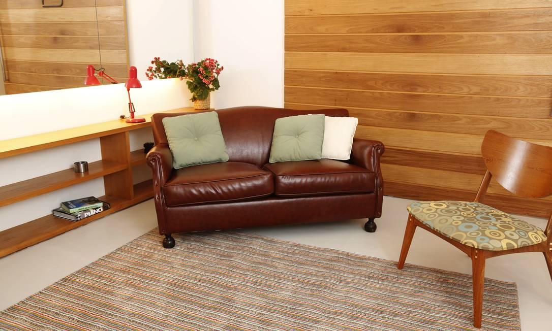 Ideia do arquiteto Matias Baumann para a tendência da assimetria na decoração: o sofá não precisa ficar encostado na parede. Na casa de uma cliente, em Ipanema, o modelo de dois lugares, de couro, acabou enviesado em um canto Camilla Maia / Agência O Globo