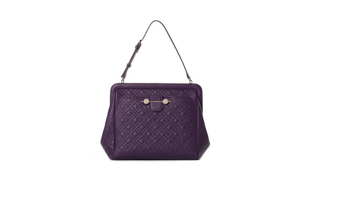 5a7a7b40c ... Com seu estilo dos anos 1940, a Daphne é a bolsa-assinatura de Jason