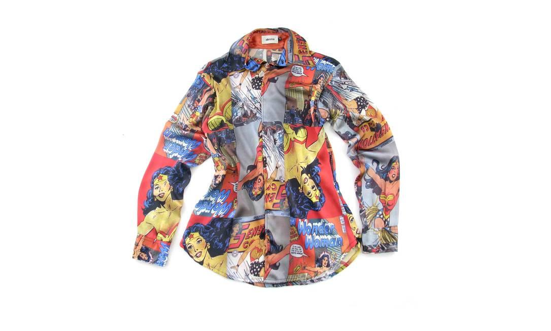 Camisa de cetim com estampa da Mulher Maravilha - R$ 269 na Alessa (Rua Nascimento Silva n,º 399 - Ipanema, Rio de Janeiro. Tel.: 21 2287-9939. www.alessa.com.br) Divulgação
