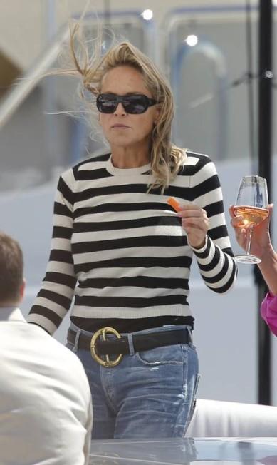 Ela optou por um look bem confortável: blusa listrada em preto e branco (tendência vista nas passarelas nacionais e internacionais) e calça jeans ERIC GAILLARD / REUTERS