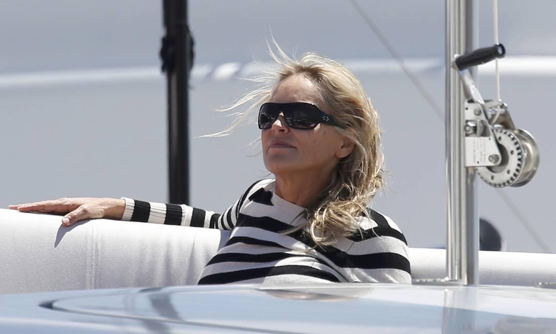 A atriz Sharon Stone relaxa em um iate num dos intervalos da programação do Festival de Cannes ERIC GAILLARD / REUTERS