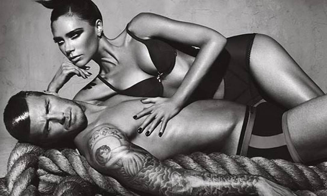 Em outra foto da mesma campanha, o jogador posa com Victoria Beckham Divulgação