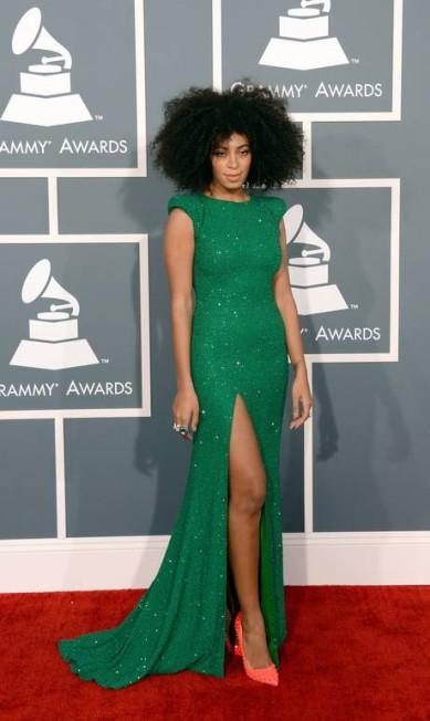 """Na última edição do Grammy, Solange mostrou as pernas com um vestido brilhoso de Ralph & Russo Couture. Para acompanhar, escarpin rosa. """"Ela é autentica, ousa bastante. Está sempre muito colorida e estampada"""", aponta a blogueira Carla Lemos Jason Merritt / AFP"""