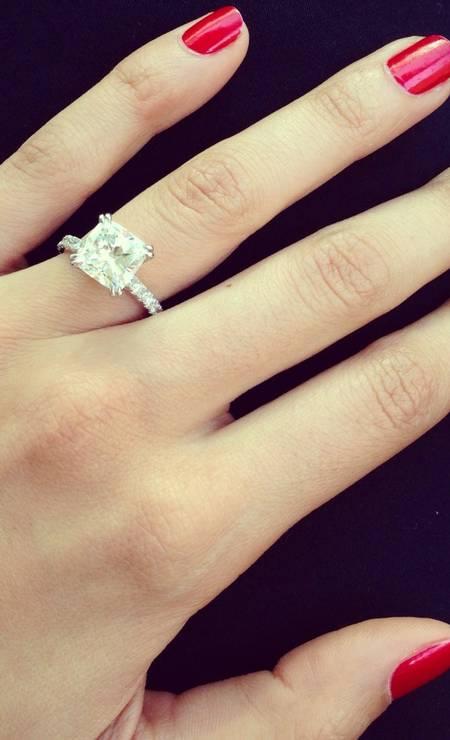 Lisalla exibe o anel de diamante de três quilates e meio, feito sob medida Divulgação