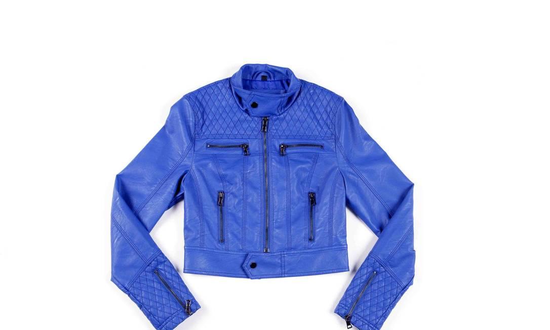 Jaqueta azul com detalhes em matelassê - R$ 355, também na Ágatha Divulgação