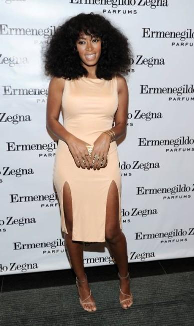 Solange também sabe ser minimalista. O discreto vestido da marca Olcay Gulsen ganhou fenda poderosa Ilya S. Savenok / Ilya S. Savenok/Getty Images/AFP