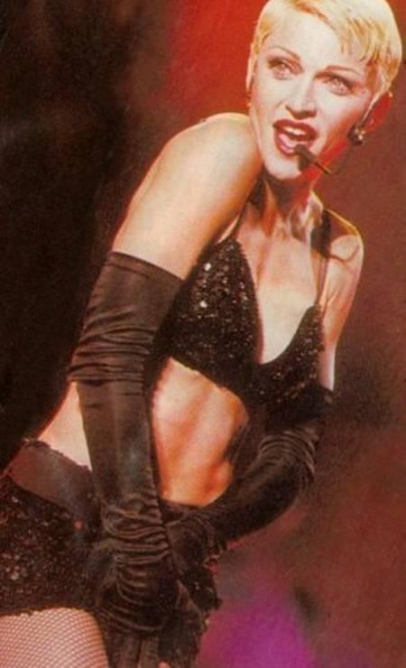 """Na turnê """"Girlie Show"""", de 1993, Madonna radicaliza o look e corta o cabelo bem curto (olha o joãozinho aí!), mas mantém o loiro Foto: Reprodução"""