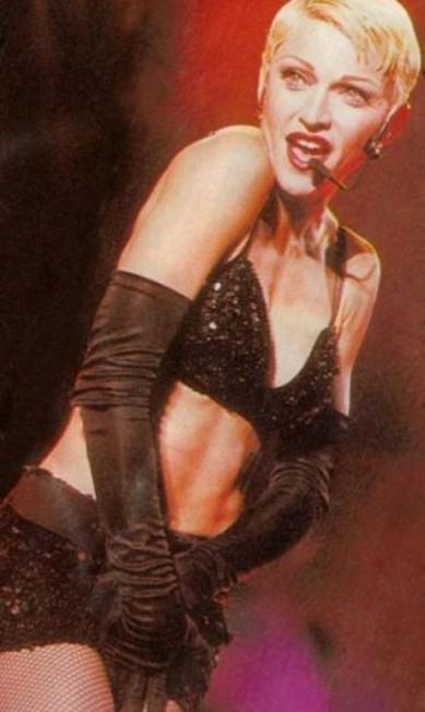 """Na turnê """"Girlie Show"""", de 1993, Madonna radicaliza o look e corta o cabelo bem curto (olha o joãozinho aí!), mas mantém o loiro Reprodução"""