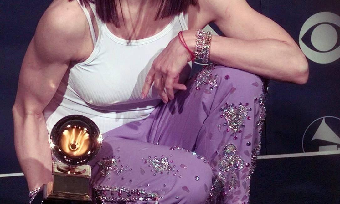 """A fase do álbum """"Ray of Light"""", lançado em 1998, rendeu quatro prêmios Grammy e uma série de transformação. Em 1999, por exemplo, Madonna ficou completamente morena para divulgar o single """"Nothing Really Matters"""" Foto: AP"""