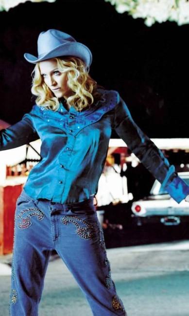 """Em 2000, Madonna lançou o álbum """"Music"""". Para montar o look de sua cowgirl, Madonna uso o cabelo abaixo do ombro e os cachos mais soltos Reprodução"""
