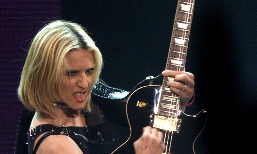 """Na turnê """"Drowned World"""", de 2001, que não passou pelo Brasil, a aposta de Madonna foi nas mechas. Mas o loiro continuou predominante Foto: Alexandra Winkler / Reuters"""