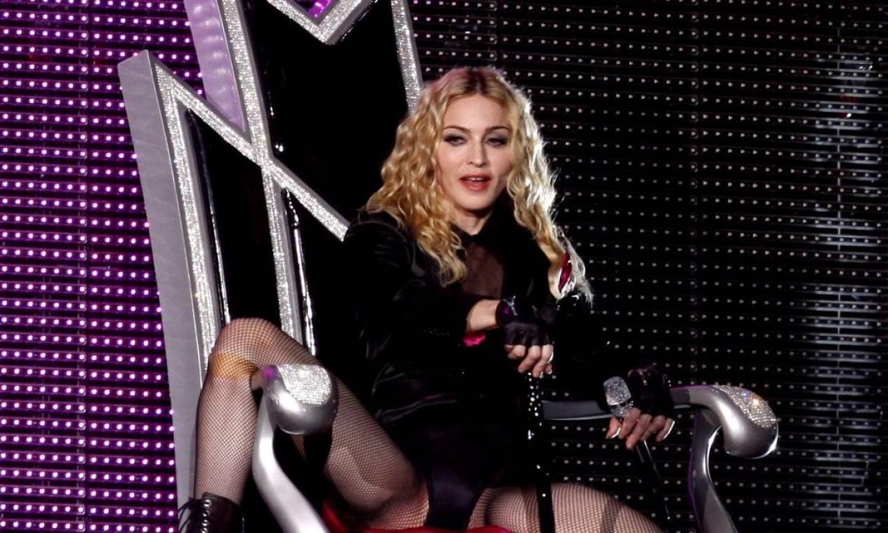"""Para a turnê """"Sweet and Sticky"""", de 2008, Madonna apostou no cabelo cacheado e deixou a raíz natural Foto: Mônica Imbuzeiro / Monica Imbuzeiro / Agencia O Globo"""