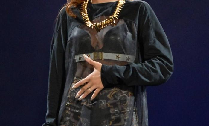 Atualmente, Rihanna desfila com cabelos longos e claros Jason Merritt / AFP