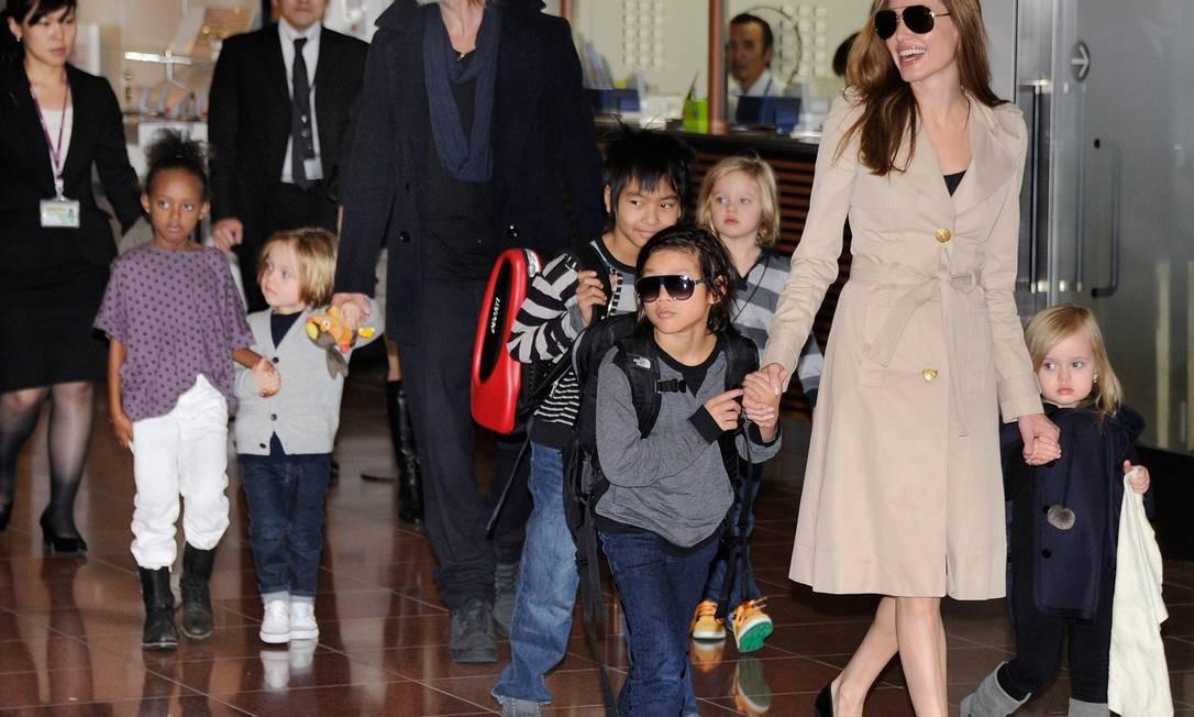 Se tem um casal experiente em dar nomes criativos a filhos, este casal é Brad Pitt e Angelina Jolie. Então lá vai a lista: Maddox Chivan, Pax Thien, Zahara Marley, Shiloh Nouvel e os gêmeos Knox Leon e Vivienne Marcheline. Ufa! Foto: TORU YAMANAKA / AFP