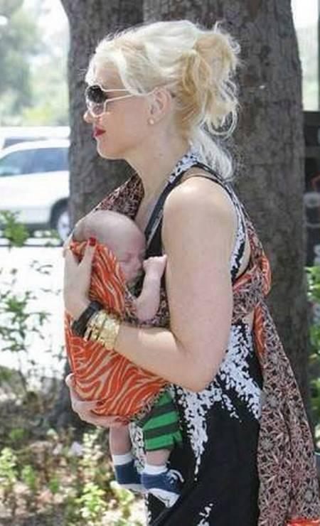 O nome do primeiro filho da cantora Gwen Stefani, que aparece com ela nesta foto, não é tão esquisito: Kingston. Mas a cantora caprichou na criatividade quando teve o segundo, em 2008. O menino se chama Zuma Nesta Rock! Foto: Divulgação