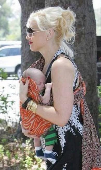 O nome do primeiro filho da cantora Gwen Stefani, que aparece com ela nesta foto, não é tão esquisito: Kingston. Mas a cantora caprichou na criatividade quando teve o segundo, em 2008. O menino se chama Zuma Nesta Rock! Divulgação