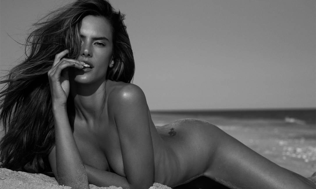 """Depois de publicar uma série de ensaios ousados com os modelos masculinos brasileiros, a revista """"Made in Brazil"""" elegeu a top Alessandra Ambrosio como musa de sua sexta edição Reprodução"""