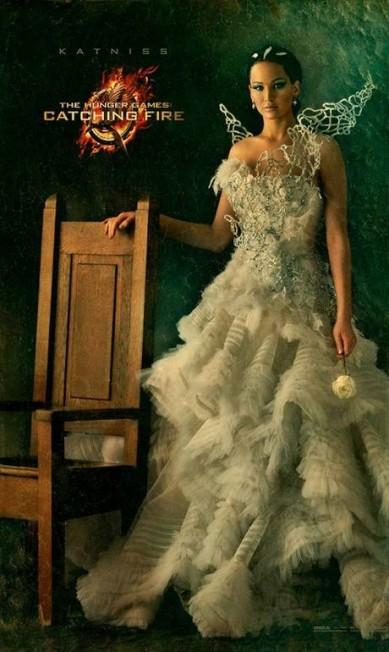 A jovem estrela surgiu com uma peça nada básica no pôster do filme. O extravagante vestido é repleto de camadas e bem decorado. O decote é tomara-que-caia, como Jennifer bem gosta Divulgação