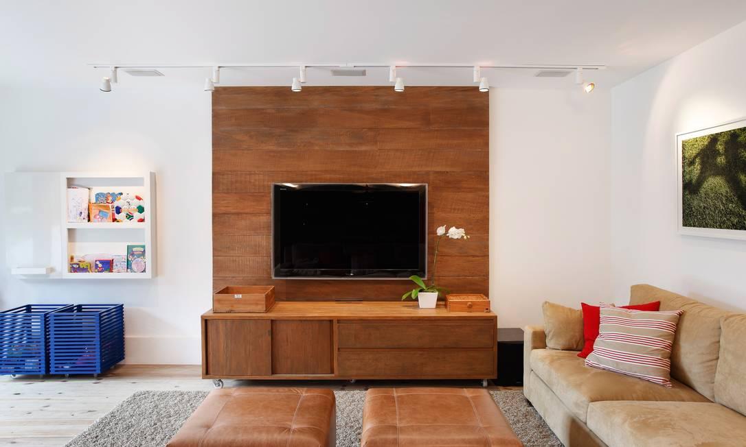 """Sala de televisão: em vez de diversos furos no teto, trilho deixa o ambiente mais """"limpo"""" no projeto de Marisa Terceiro / Divulgação"""
