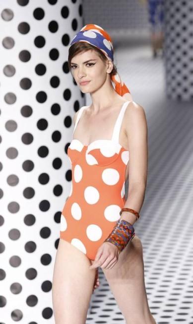 """Segundo a estilista Jacqueline de Biase, que assina a coleção, """"nada poderia ser mais italiano do que o poá"""", que também surgiu na Salinas em cores solares como o laranja. Monica imbuzeiro/Agência O Globo"""