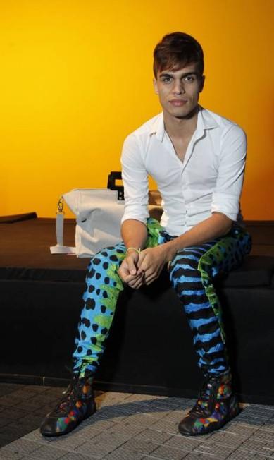 Os homens também podem brincar com as estampas, por que não? Repare no look do estudante Pedro Lins, que usa calça e tênis da marca Espaço Ferrugem Guito Moreto / Agência O Globo