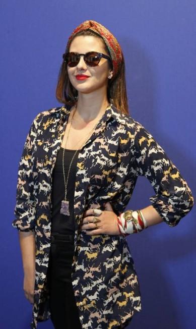 A produtora de moda Juliana Mathias, de 27 anos, brincou com os acessórios feitos com lenços diferentes, todos de brechó. Para arrematar a produção, uma camisa da H&M Guito Moreto / Agência O Globo