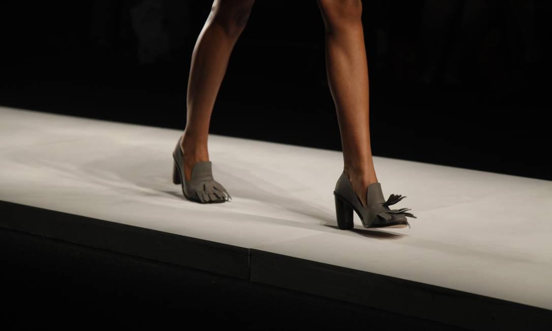 Sapatos com franjas, em tons de cinza e marrom, arrematavam os looks Laura Marques / Laura Marques/Agência O Globo