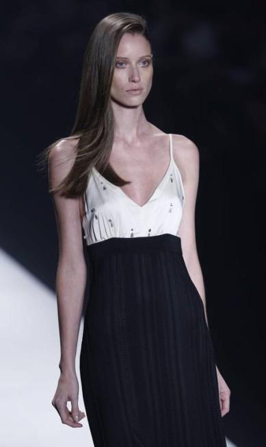 COVEN: A grife também aderiu aos looks em preto e branco, tendência absoluta no Fashion Rio Fabio Rossi: Agência O Globo