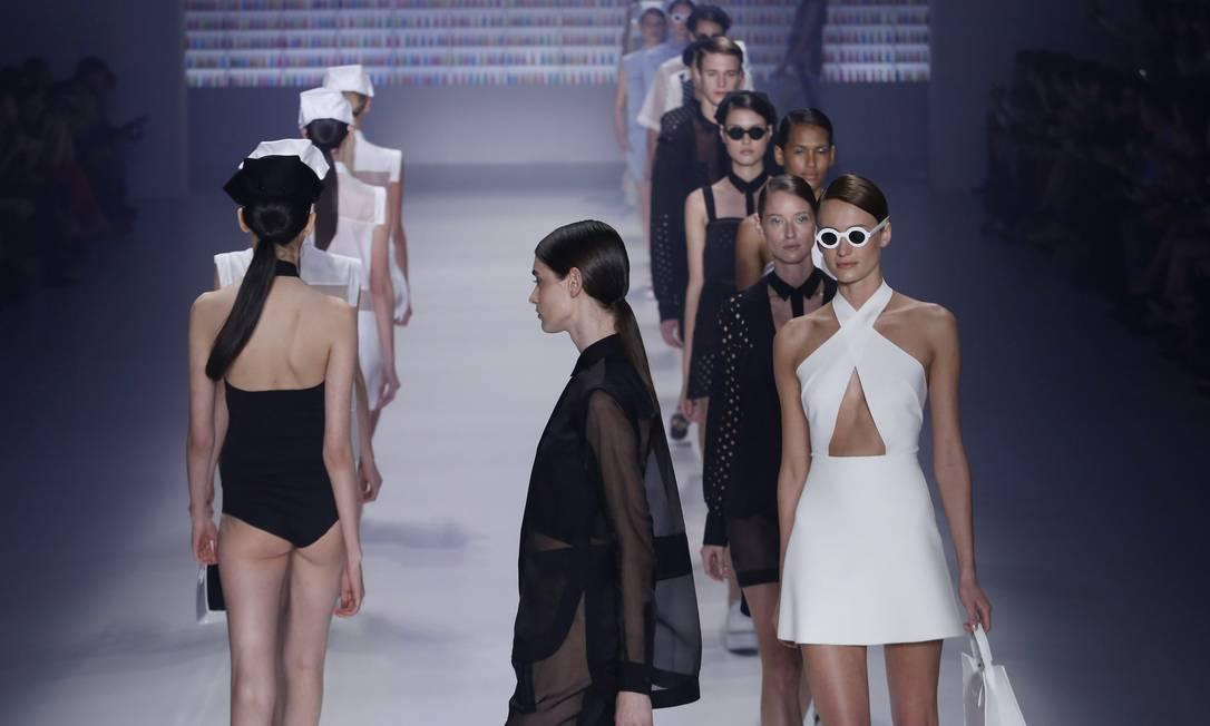 O preto e branco é um clássico revisitado nesta temporada. Durante o primeiro dia de Fashion Rio, o que mais se viu foi a dobradinha de cores, que apareceu nos desfiles da Ellus 2nd Floor (foto) e Filhas de Gaia Monica Imbuzeiro / Agência O Globo