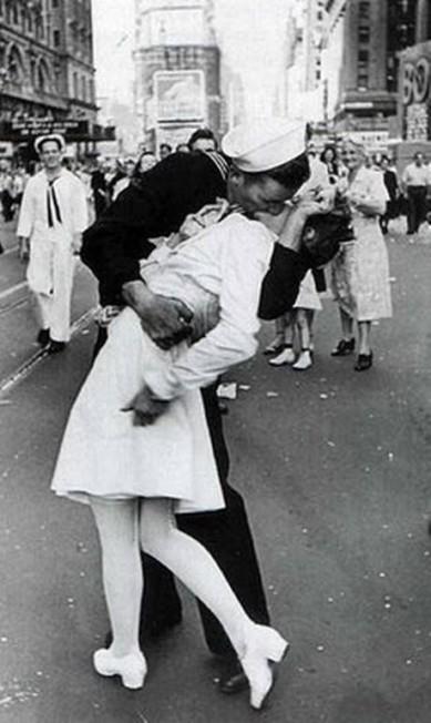 """Nova York também foi palco de outro beijo famosíssimo da fotografia. George Mendonsa, um marinheiro descendente de portugueses, ao saber da rendição do Japão e do fim dos conflitos no Pacífico na Segunda Guerra, ficou tão emocionado que não resistiu à bela Greta Zimmer Friedman que caminhava na Times Square. O autor do clique, Alfred Eisenstaedt, da revista """"Life"""", nunca tinha visto o casal (que também não se conhecia!) e tinha o sonho encontrá-los novamente. Mas somente a rede CBS conseguiu juntá-los 67 anos depois do acontecido Reprodução"""
