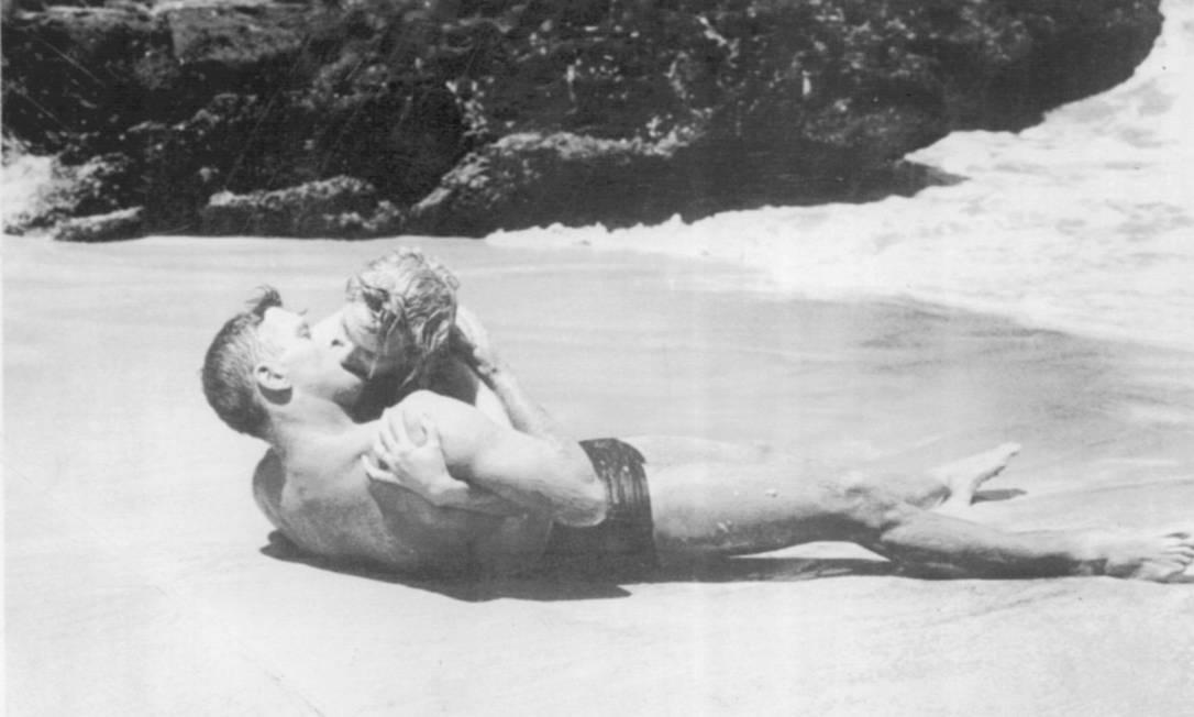 """Burt Lancaster e Deborah Kerr Filme também não fizeram feio e protagonizaram o ardente beijo do filme """"A Um Passo da Eternidade"""", de 1953. A famosa cena da praia é referência até hoje no assunto e o filme levou o Oscar do ano seguinte Arquivo AP"""