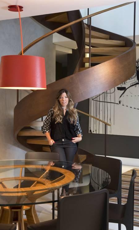 A estilista Camila Bastos e a escada de madeira e aço corten Monica Imbuzeiro/ O Globo