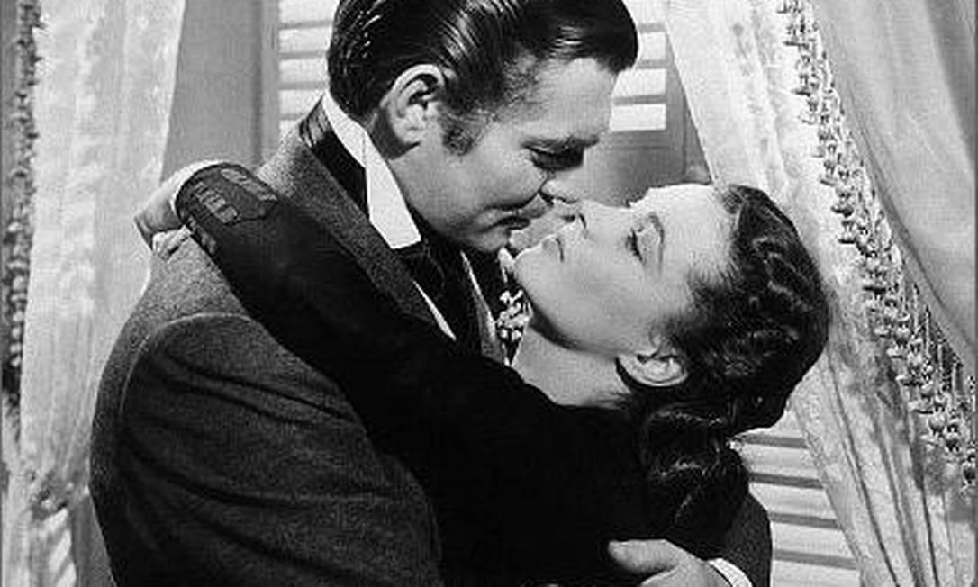 """No cinema, """"E o vento levou..."""", de 1939, detém uma das cenas mais emblemáticas quando o assunto é beijo. Clark Gable e Vivien Leight emocionaram muitos casais com o amor entre Rhett Buttler e Scarlett Reprodução"""