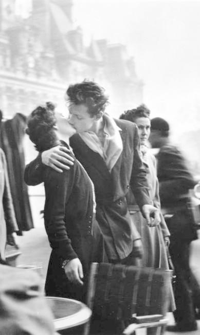 """Neste 13 de abril, dia do beijo, que tal relembrar as cenas mais românticas da história e se inspirar para um encontro romântico? Um dos mais belos registros de amor só podia ter acontecido em Paris, claro. Em 1950, o fotógrafo Robert Doisneau capturou com uma Leica o famoso """"Beijo no Hotel de Ville"""". Inspirador, não? Robert Doisneau / Reprodução"""