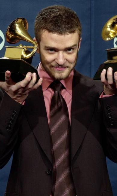 No Grammy de 2004, Justin Timberlake exibiu fios mais compridos e barba - um verdadeiro hit entre os astros de Hollywood da atualidade Reed Saxon / AP
