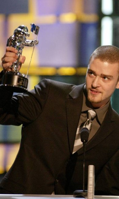 """Na edição 2003 do MTV Video Music Awards, Justin recebeu o prêmio de melhor clipe pop por """"Cry Me a River"""" com os fios raspados e cavanhaque Win Mcnamee / REUTERS"""