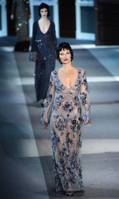 Amiga de Marc Jacobs, a top britânica Kate Moss cruzou a passarela de inverno 2013/2014 da Louis Vuitton, em Paris MARTIN BUREAU / AFP