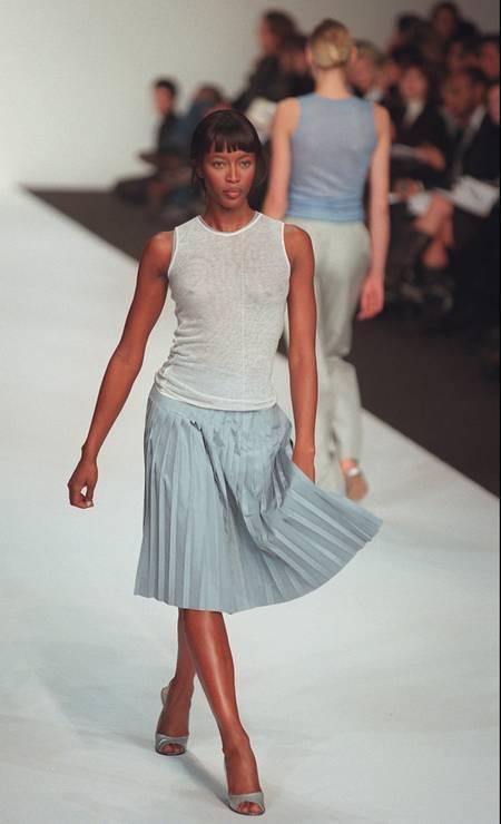 A top inglesa Naomi Campbell foi uma das estrelas da coleção primavera/verão 1998 do estilista Foto: Todd Plitt / AP